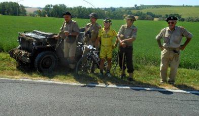 Foto con rievocatori lungo il percorso